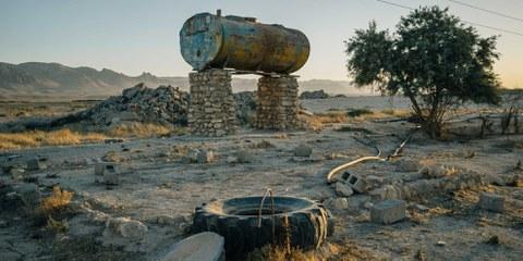 Un réservoir d'eau vide et un puits d'irrigation sabotés près de la ville de Sinune, au nord des monts Sinjar. © Alice Martins