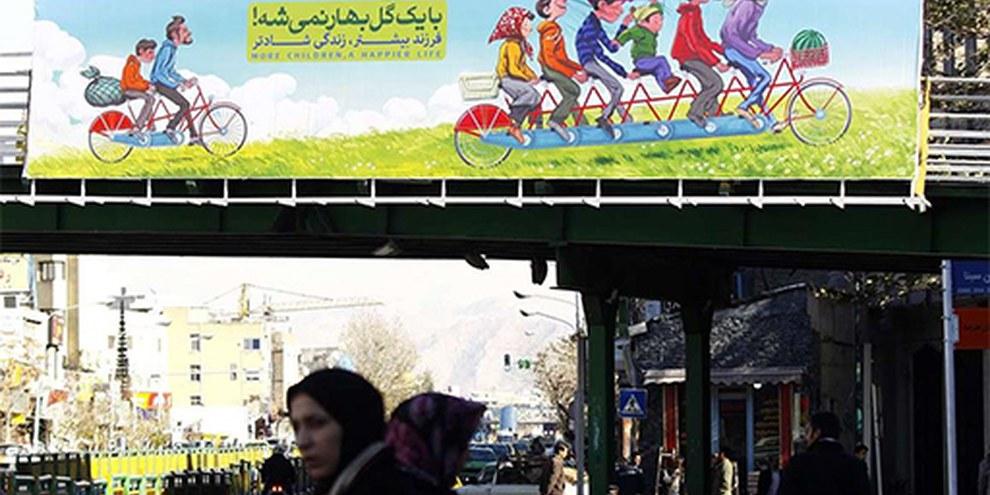 A Teheran, des affiches font la promotion des familles nombreuses avec des slogan comme celui-ci: «Le printemps ne se contente pas d'apporter une fleur». ©IRNA
