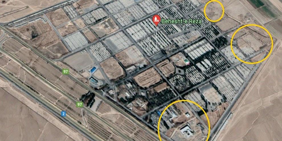 Les cercles jaunes indiquent l'emplacement de trois fosses communes en bordure du cimetière Behesht Reza à Mashhad, la deuxième plus grande ville d'Iran. © Map data: Google, DigitalGlobe, 2017