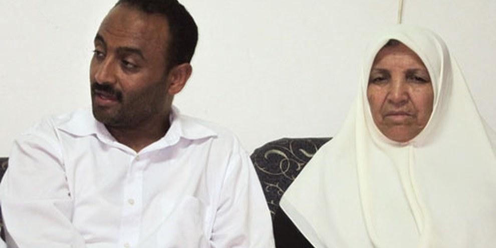 Le frère et la mère de Mahmoud al Sarsak ont confié leur angoisse à Amnesty International en juin 2012. © AI