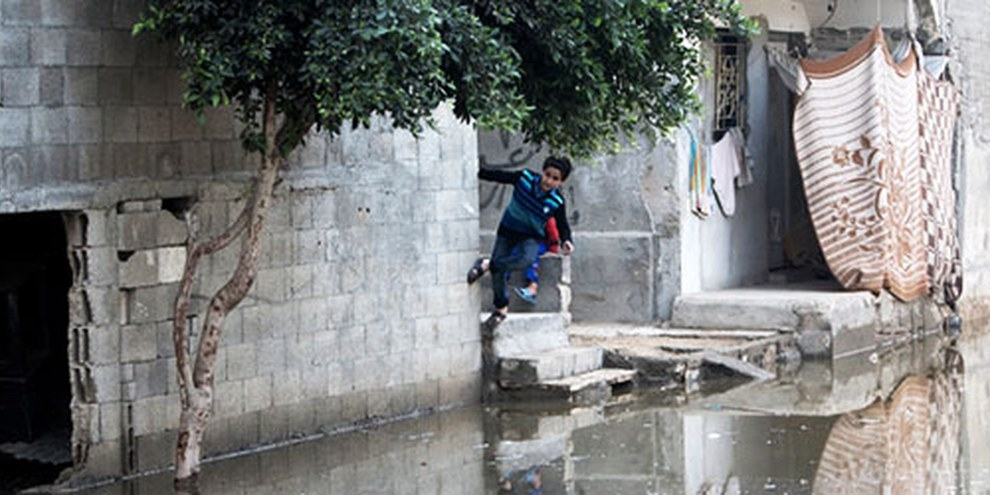 Les rues du quartier de Zeitoun, à Gaza, sont innondées d'eaux usées. © MAHMUD HAMS/AFP/Getty Images