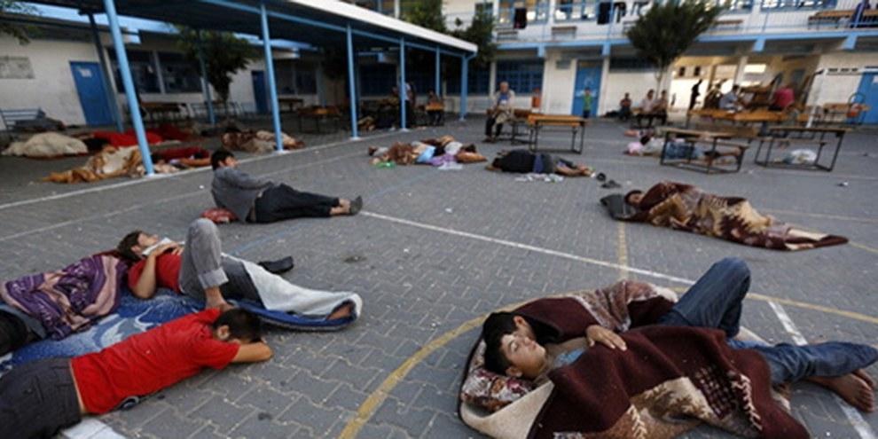 Plus d'un millier d'habitations ont été détruites par les frappes israéliennes à Gaza, contraignant les habitants à dormir dans des lieux publics comme cette cour d'une école des Nations unies. © AFP/Getty Images