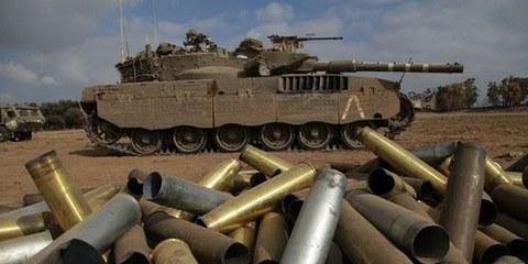 Tank israéliens à la frontière de Gaza, le 28 juillet 2014. © OLIVER WEIKEN / EPA