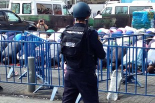 Les forces de sécurité s'en prennent à une foule pacifique sur un lieu saint de Jérusalem