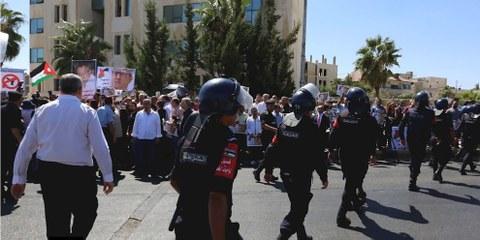 La police jordanienne tente d'empêcher les proches du journaliste Nahed Hattar de bloquer la rue, lors d'une manifestation devant les bureaux du premier ministre jordanien, Amman, 26 septembre 2016.© AFP/Getty Images