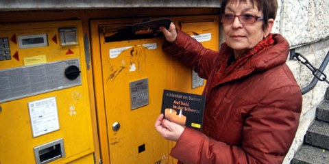 Bruna Hamdani et des centaines de personnes ont envoyé des cartes de solidarité avec les deux Suisses en Libye ce vendredi 4 décembre à Genève. © Fabrice Praz
