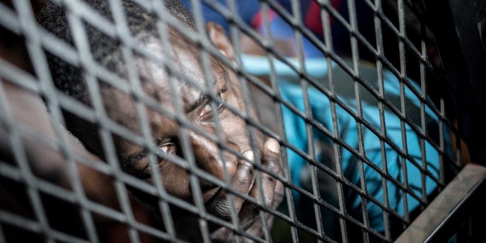 Les réfugiés sont emprisonnés dans des centres de détention où ils doivent séjourner pendant des mois dans des conditions inhumaines. © TAHA JAWASHI