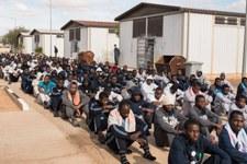 Attaque contre des réfugiés et des migrants dans un centre de détention