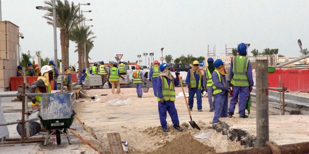 Les travailleurs migrants, notamment ceux qui construisent les stades et les infrastructures pour la Coupe du monde de football, sont exposés au danger du travail forcé. © Amnesty International