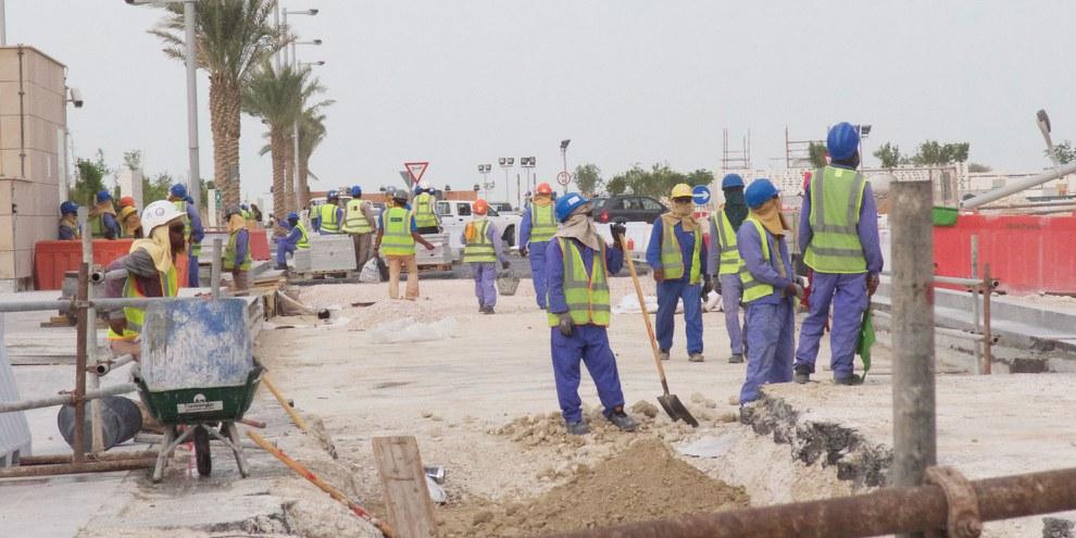 Travailleurs migrants sur le chantier de construction de la Coupe du monde de football 2022 au Qatar .© Amnesty International