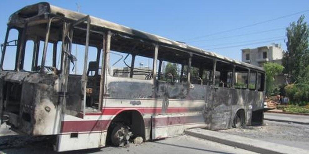 Bus brûlé à Alep. Les tirs touchent les civils de plein fouet. ©  AI