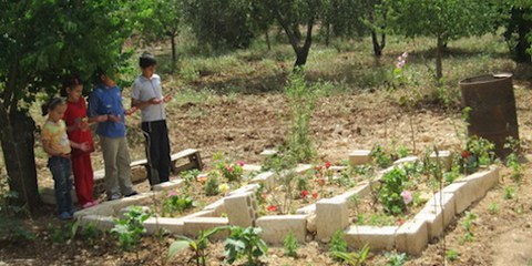Dans un climat d'impunité, des enfants prient pour des membres de leurs familles tués lors d'exécutions extrajudiciaires, Sennaqra, mai 2012. © AI