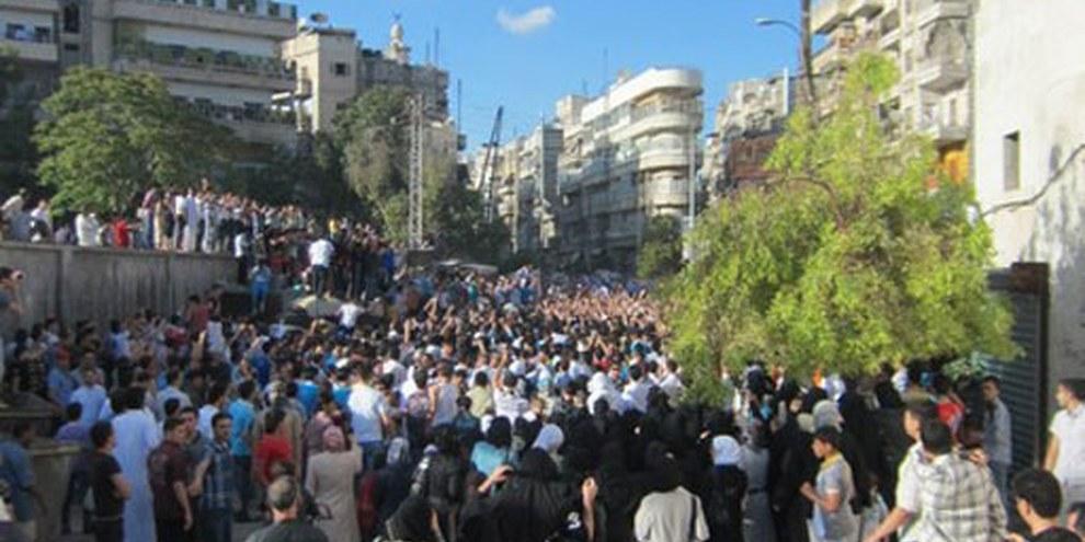 A Alep, des manifestant·e·s ont crié «pacifique, pacifique» aux groupes armés qu'ils leur ont quand même tiré dessus. © AI