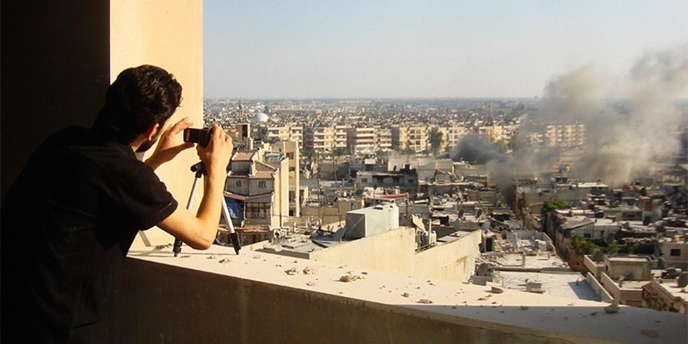 Un activiste prend des photos à Homs, le 24 juillet 2012 © REUTERS/Shaam News Network/Handout