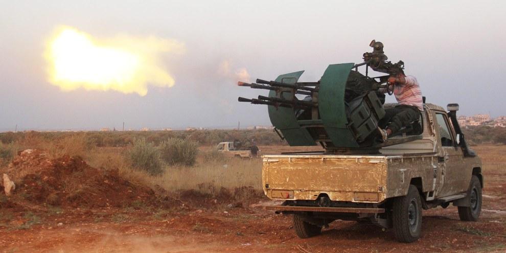 Des groupes rebelles lors d'affrontements avec les forces syriennes pro gouvernementales sur la ligne de front de Deir al-Zoghb, dans le nord-ouest de la province d'Idlib, le 31 août 2015. © OMAR HAJ KADOUR/AFP/Getty Images