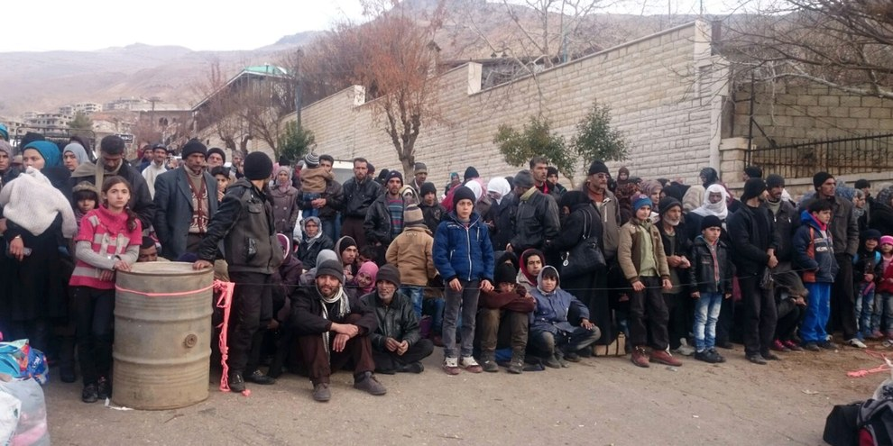 Les habitants de Madaya attendant l'arrivée d'un convoi humanitaire le 11 janvier 2015. © STRINGER/AFP/Getty Images