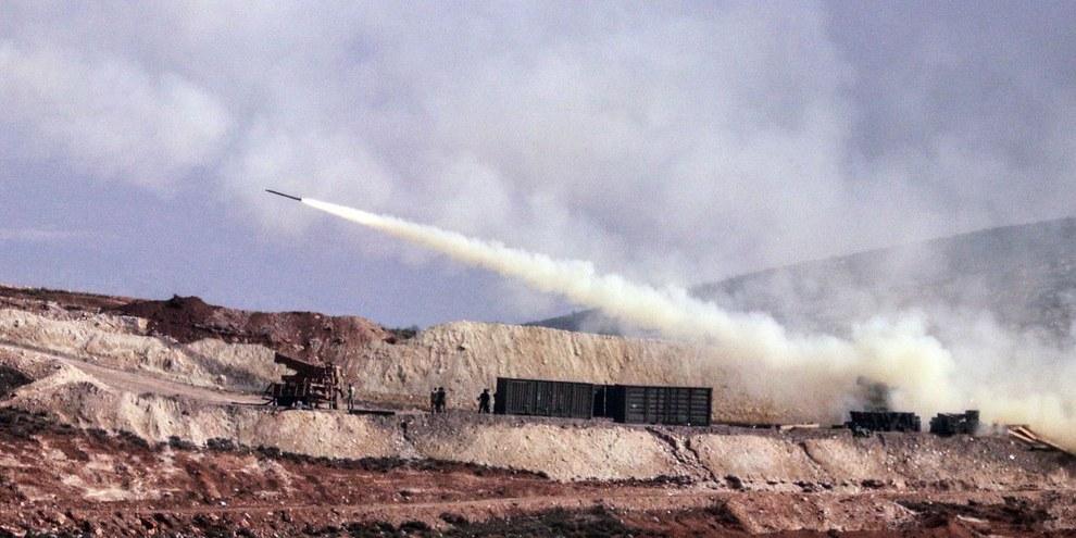 Tir d'artillerie turc sur les positions syro-kurdes dans la région d'Afrin, 9 février 2018. © AP / Keystone