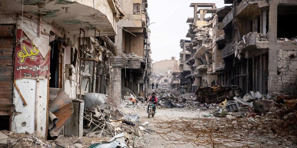 Avec l'aide des milliers de «Strike Trackers» volontaires Amnesty pourra définir précisément quand et où les frappes aériennes de la coalition ont détruit des bâtiments. © Amnesty International