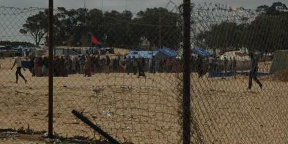 Des hommes, des femmes et près de 700 enfants sont condamnés à attendre sous la chaleur du désert que l'on trouve une solution à leur problème. © AI