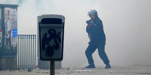 Un policier dans un nuage de gaz lacrimogène à Tunis. Tunisie, le 18 janvier 2011. © Demotix / Hamideddine Bouali