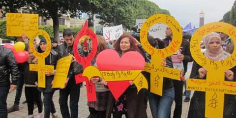 Des défenseurs et défenseuses des Droits des femmes participent à une marche à Tunis. © Amnesty International