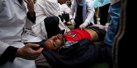 Un manifestant blessé soigné par des docteurs au Yémen, mars 2011. © Demotix / Giulio Petrocco