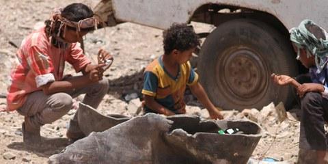 Des enfants du village d'Al-Akma jouant avec les restes d'une bombe MK80 utilisée dans une attaque aérienne.