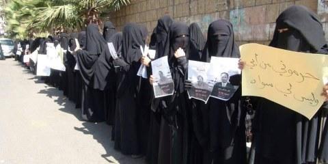 Des femmes manifestent pour protester contre la détention de leurs proches, à Ibb au Yémen. © Droits réservés.