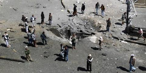 Un cratère causé par les bombardements de la coalition militaire menée par l'Arabie Saoudite à Sanaa, en octobre 2015. © MOHAMMED HUWAIS/AFP/Getty Images