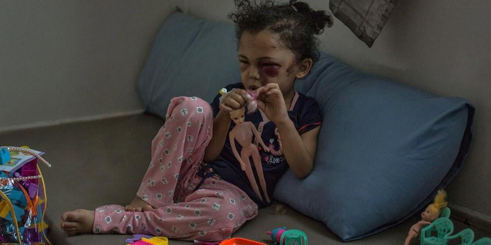 Buthaina, une fillette de cinq ans, a perdu sa famille dans un bombardement à Sanaa, au Yémen. © Rawan Shaif