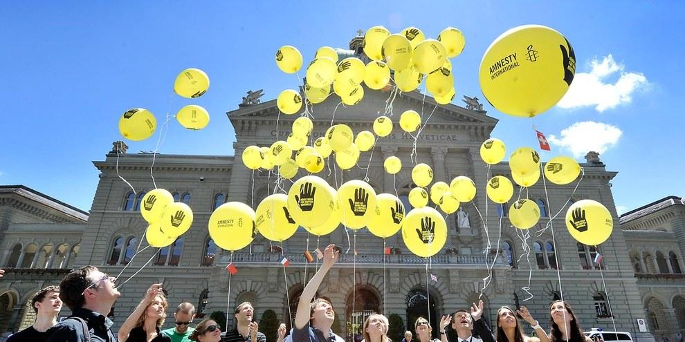 Campagne contre la traite des armes, action devant le palais fédéral en 2012 © Valérie Chételat
