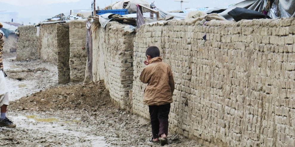 Un enfant dans le camp de déplacé·e·s de Chaman-e-babrak à Kaboul. © Amnesty International