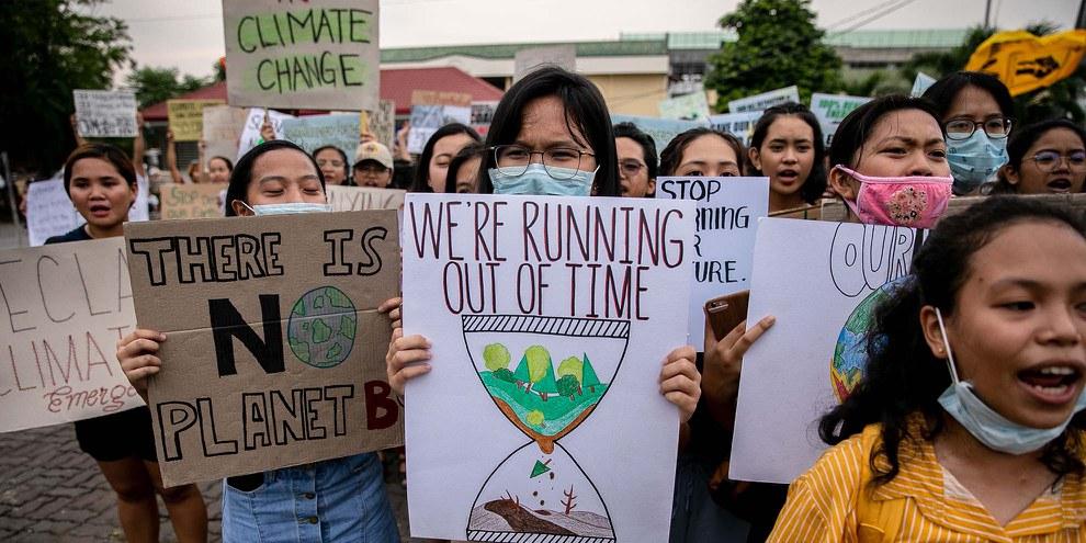 Marinel Ubaldo a participé à la grève mondiale du climat le 20 septembre 2019 à Tacloban City aux Philippines avec d'autres militant·e·s.  © AI/Eloisa Lopez