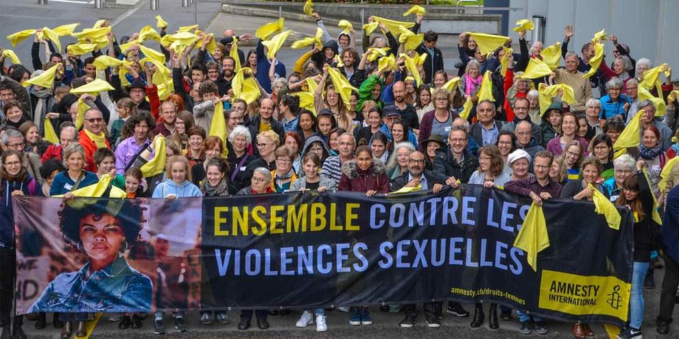 Les militant·e·s ont célébré le lancement de la campagne «Agir contre la violence sexuelle faite aux femmes» lors d'une action photo © Philippe Lionnet