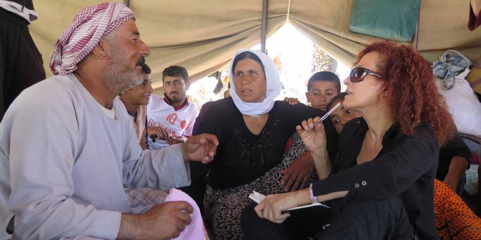 Donatella Rovera, chercheuse pour Amnesty International, interroge des réfugié·e·s en Iraq. © Amnesty International