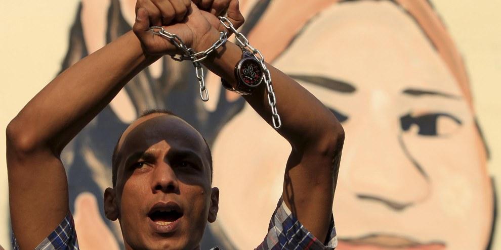 Un homme proteste contre les restrictions à la liberté de la presse et demande la libération de journalistes détenu·e·s au Caire le 10 juin 2015. © REUTERS/Mohamed Abd El Ghany