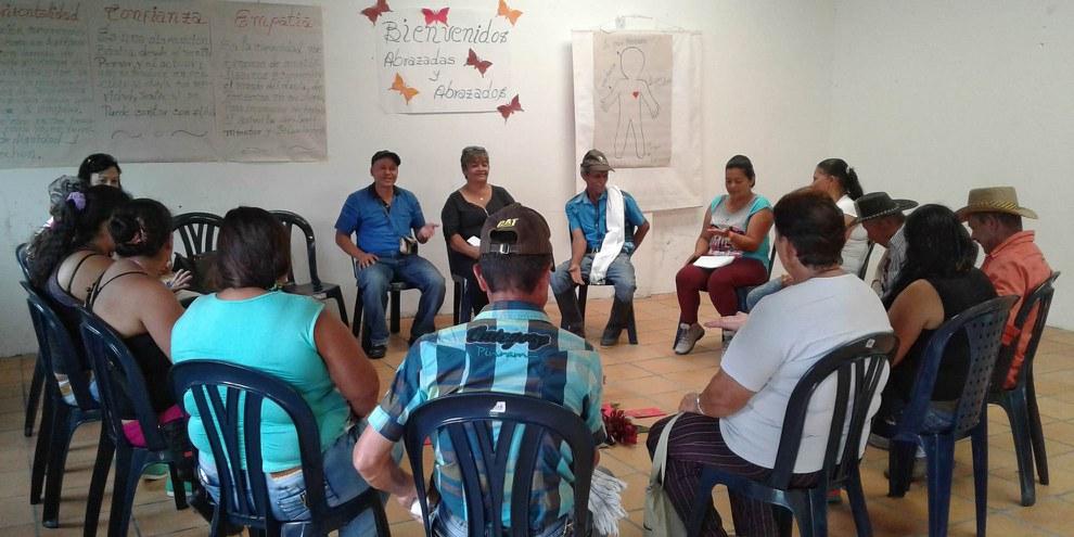 Les participant·e·s aux ateliers « Abrazos », dans la région d'Antioquia, mettent en commun leur vécu pour élaborer ensemble un processus de deuil. © GeTM 2017