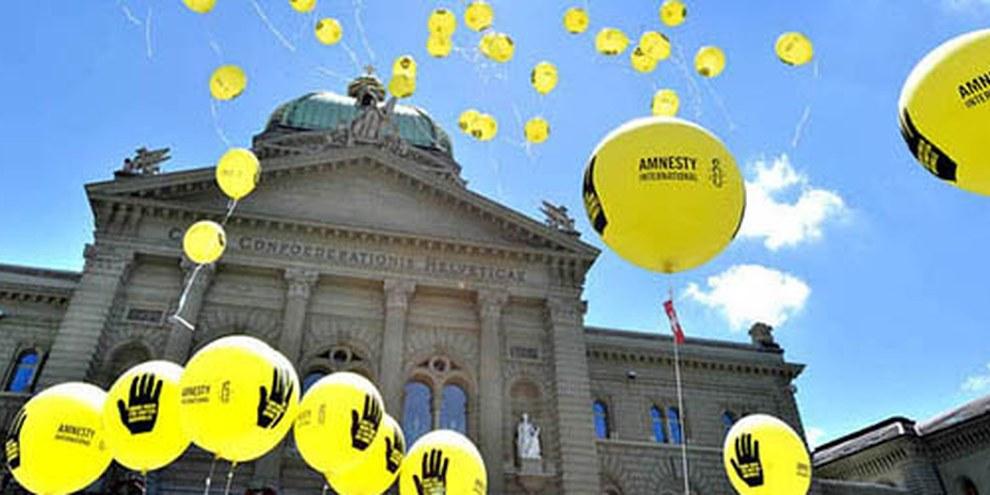 Action d'Amnesty suisse devant le Palais fédéral. Berne, juin 2012. © Valérie Chételat
