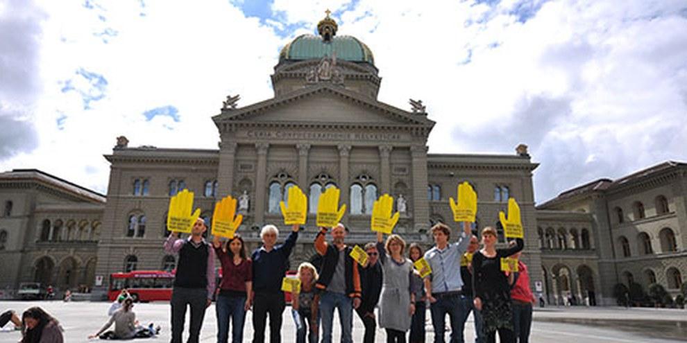 La Suisse n'est pas à l'abri de toute critique. Le rapport documente notamment des recours disproportionnés à la force lors d'expulsions de requérants d'asile. © Amnesty International