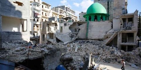 Dommages causés par une attaque à la bombe à Taril al-Bab, à l'est de la ville d'Alep. Le 5 avril 2015. © Amnesty International/Mujahid Abu al-Joudonal