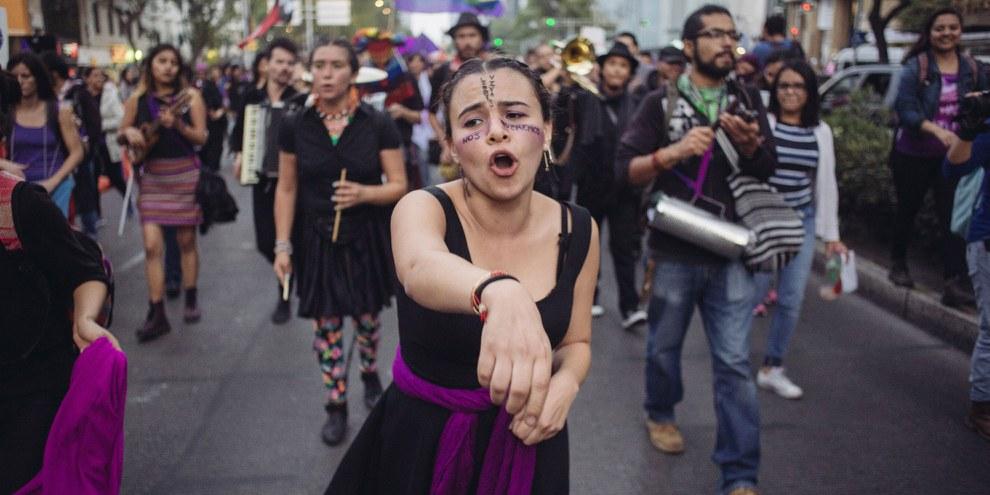 Des femmes et des hommes du monde entier font campagne pour les droits des femmes et contre la violence sexuelle, comme ici au Mexique à l'occasion de la Journée internationale de la femme. © Sergio Ortiz/Amnesty International