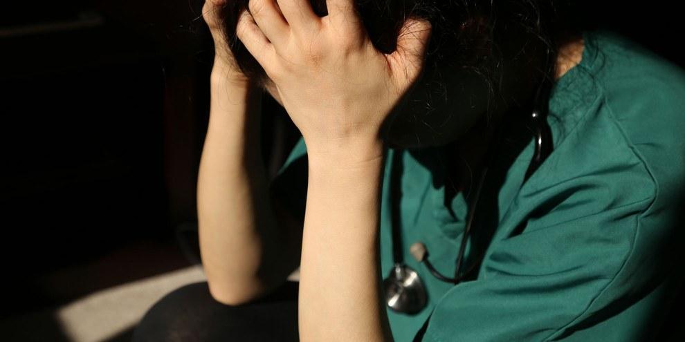 Dans de nombreux pays, le personnel de santé risquait le harcèlement, l'intimidation, voire l'emprisonnement s'ils osaient critiquer la gestion de la crise sanitaire par le gouvernement. © MD_Photography