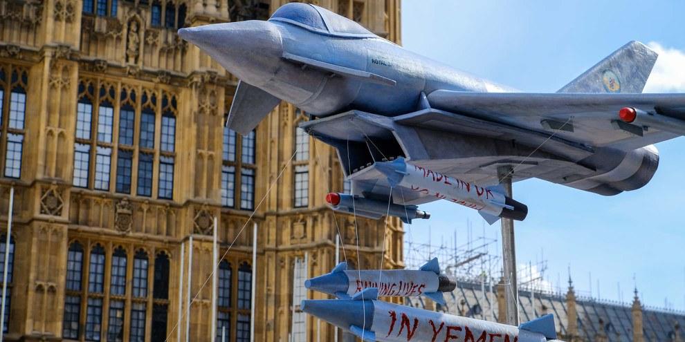 AIUK a marqué le 4ème anniversaire du conflit au Yémen en conduisant une réplique à l'échelle 1/6ème de l'Eurofighter Typhoon avec des missiles Paveway IV autour du Parlement britannique - les mêmes armes utilisées par l'Arabie Saoudite pour effectuer des frappes aériennes au Yémen. © Jon Cornejo