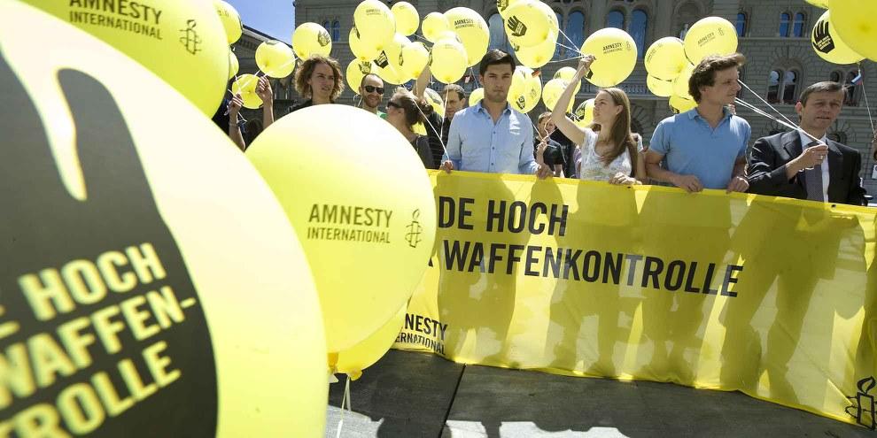 Remise à Berne d'une pétition contre le commerce d'armes, juin 2012. © Valérie Chételat