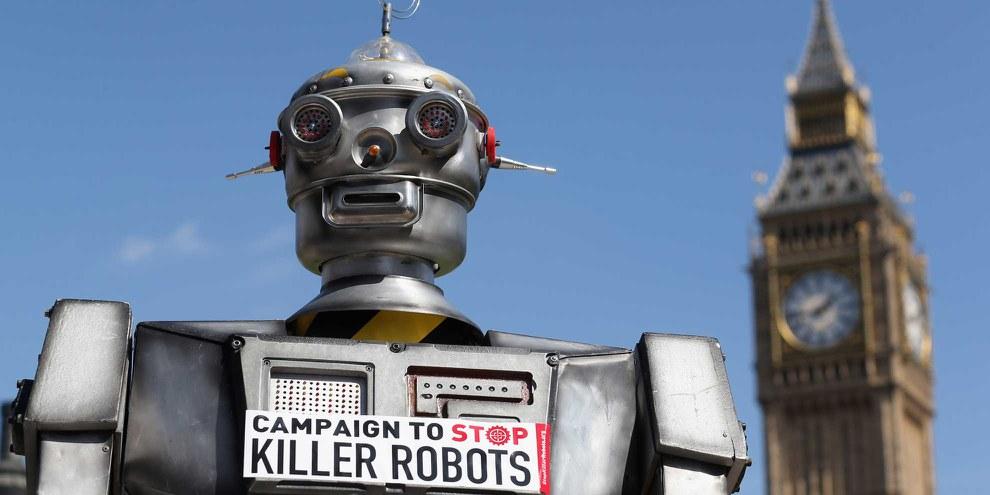 Campagne contre les robots tueurs: ce modèle distribue sur Trafalgar Square à Londres des brochures informatives pour une interdiction des robots tueurs, 2013. © Oli Scarff/Getty Images