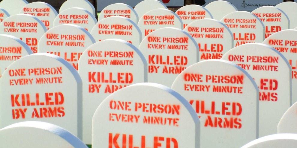 La campagne mondiale «Control Arms» a été lancée à Londres en 2012 avec un cimetière fictif aménagé sur Trafalgar Square. © Amnesty International