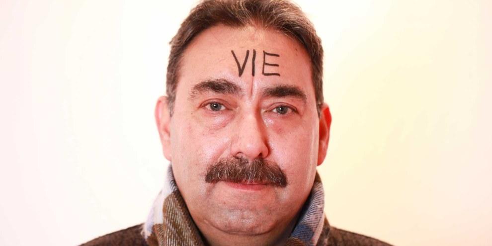 Mohamad Barakat avec le mot «vie» inscrit sur le front. © Petar Mitrovic