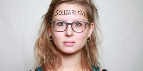Sophia Polek avec le mot «solidarité» inscrit sur le front. © Petar Mitrovic