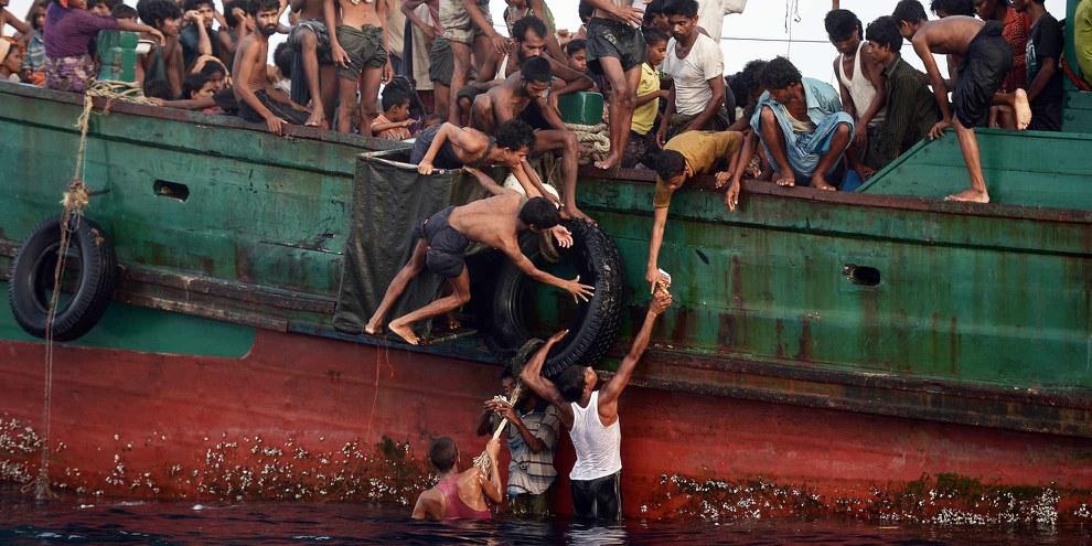 Des témoins auraient vu des dizaines d'embarcations, remplies de réfugiés or, cinq bateaux seulement ont accosté en Indonésie et en Malaisie, selon des sources de l'ONU. © AFP/Getty Images