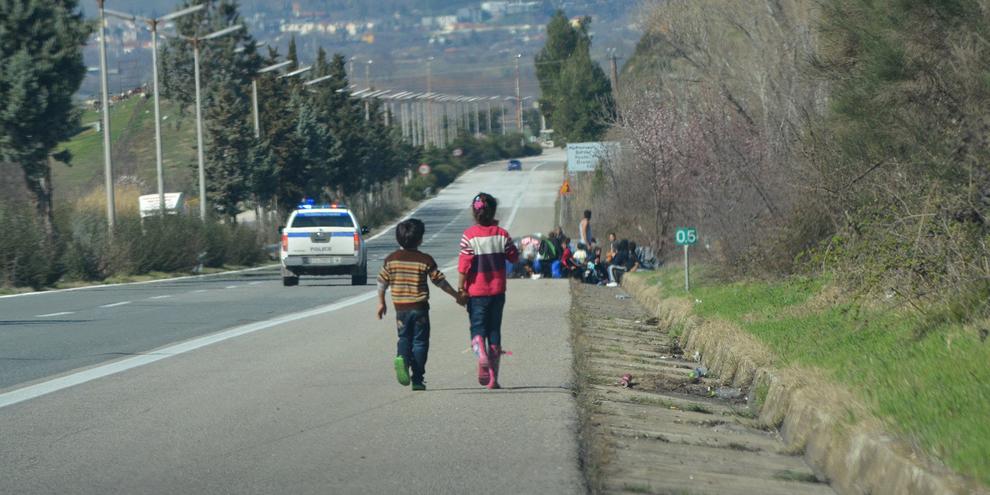 Deux enfants marchent au bord de la frontière avec la Macédoine, Idomeni, Grèce, février 2016. © Amnesty International